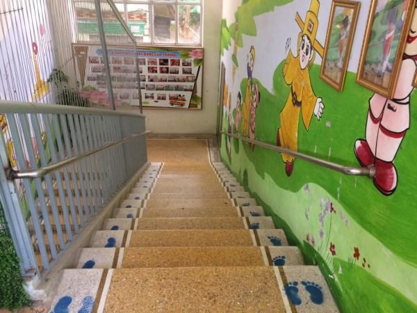 trang trí phòng học mầm non cầu thang